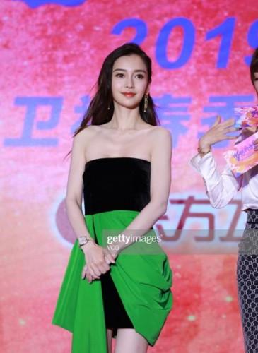 Angelababy穿著Alex Perry 2019早秋季Reyes連衣裙參加在上海舉行的龍影視活動。(圖片翻攝自網路)