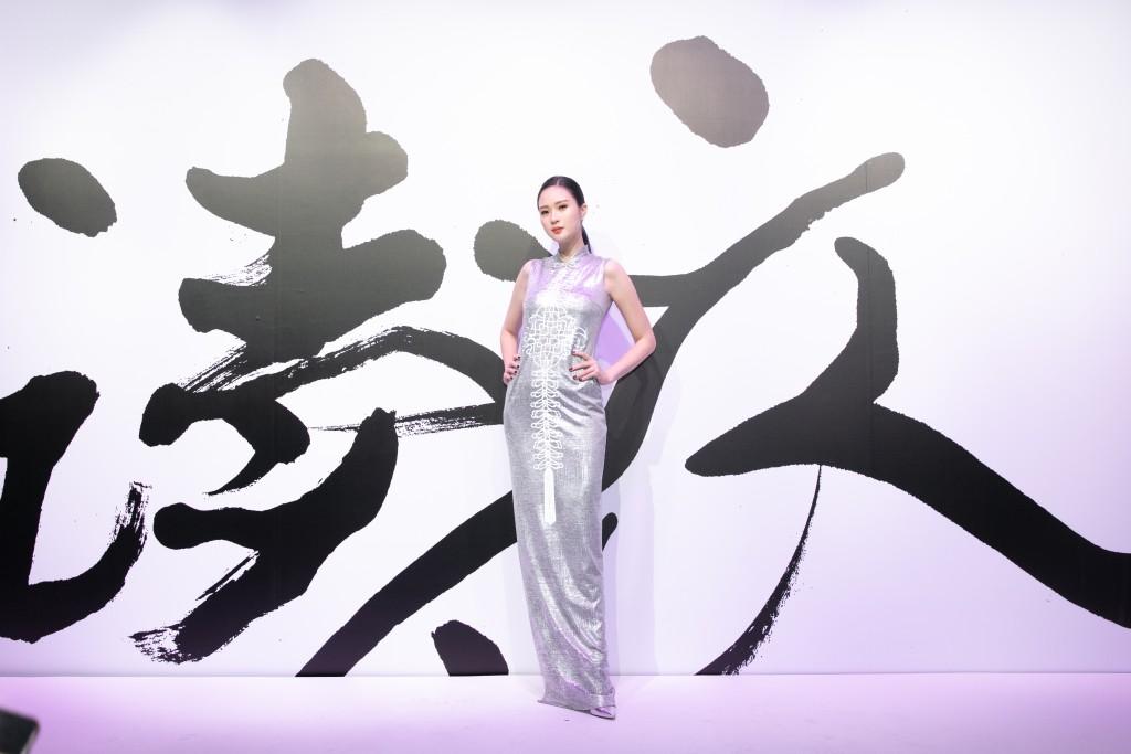 伊林名模吳品萱穿著設計師汪俐伶訂製禮服出席讀衣IV藝術時尚跨界展開幕式。(團團文創)