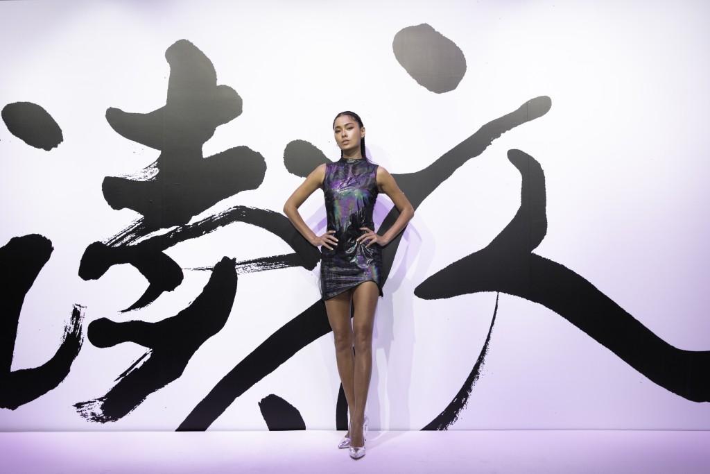 伊林名模王麗雅穿著設計師汪俐伶訂製禮服出席讀衣IV藝術時尚跨界展開幕式。(團團文創)