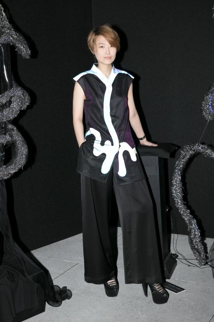 搖滾女力陳央穿著設計師汪俐伶 玩霧玩霧系列訂製服 出席讀衣IV藝術時尚跨界展開幕式。