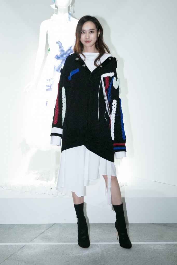 氣質女星劉容嘉穿著設計師黃薇服裝出席讀衣IV藝術時尚跨界展開幕式。