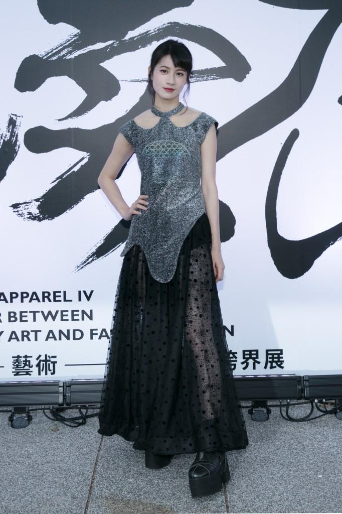 氣質女星連俞涵穿著設計師汪俐伶 鼠相銀流霧炫邊訂製禮服 出席讀衣IV藝術時尚跨界展開幕式。