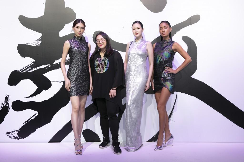 (由左至右)伊林名模王思偉、服裝設計師汪俐伶、伊林名模吳品萱、王麗雅於展場合影。(團團文創)