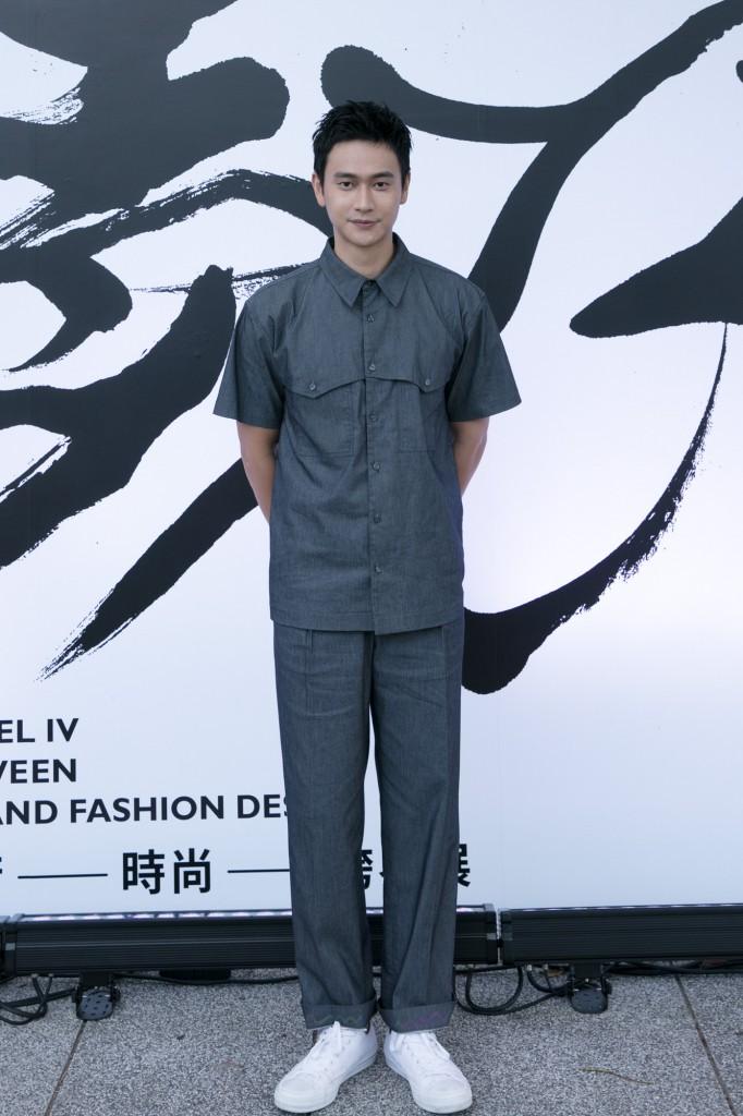 男演員劉冠廷穿著設計師汪俐伶 粼光淼漫系列訂製服 出席讀衣IV藝術時尚跨界展開幕式。