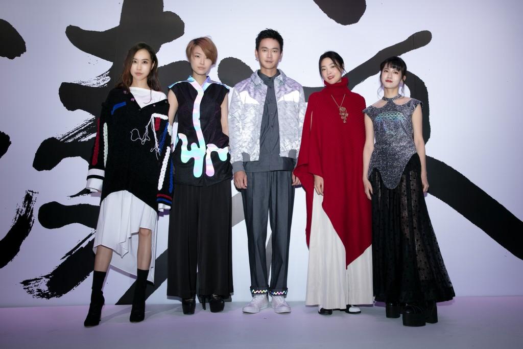 讀衣IV藝術時尚跨界展出席藝人合照。