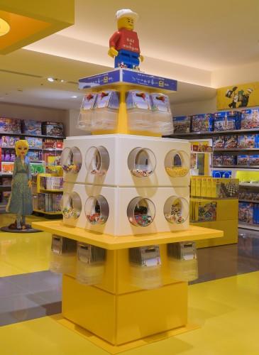 樂高授權專賣店「人偶自選樂」,消費者能自行挑選獨一無二人偶組盒購買,一套三個人偶與配件,NT$349