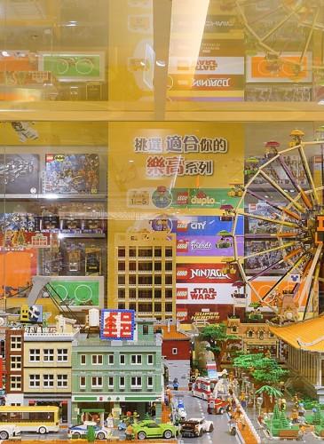 樂高授權專賣店「台北特色積木造景」擁有國父紀念館、士林夜市、台北橋機車瀑布等特色,展現樂高無限可能