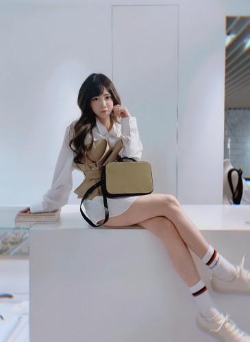 歌唱節目出身目前專心經營個人直播平台的甜美女星王雅婷,選擇LUNIFORM No°85軍綠色迷你手提箱,搭配 Junya Watanabe拼接縐摺襯衫,個性與感性完美融合。(照片翻攝自王雅婷FB)-1
