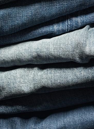 藍染的樸實與奢華。45R一直以來的樸實設計,藏有許多無比珍貴的奢華工藝,經過日本職人長時間調整藍染顏色的深淺度,2020春夏的藍染更具有豐富的層次感!