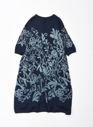 45R擬麻棉手捺染印花系列深藍色洋裝,NT$35,500。