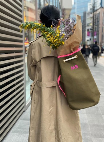 LUNIFORM No°5軍綠色+桃紅色行李袋,NT$21,000。