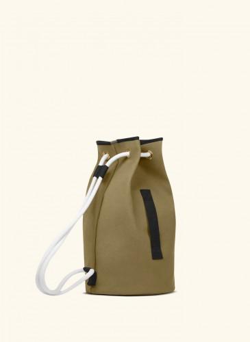 LUNIFORM No°5軍綠色+黑色行李袋,NT$21,000。(側面)