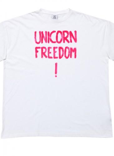 VETEMENTS印字T恤,NT$15,500。(團團選品)