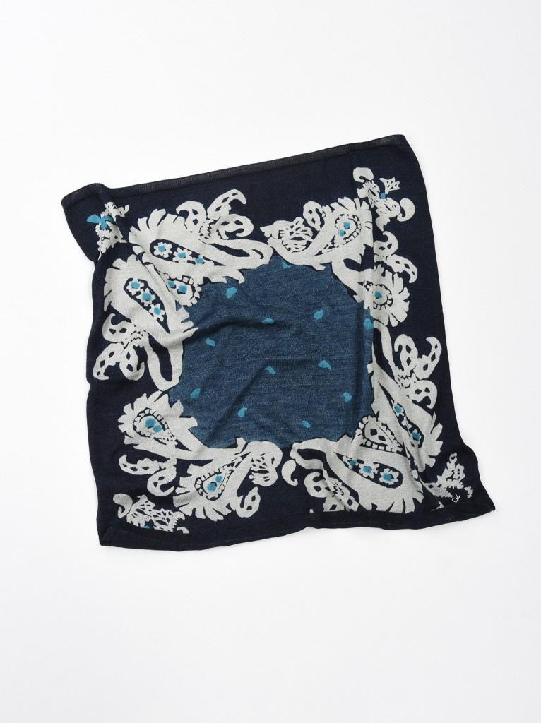 45R極柔軟紗布印花圖騰方巾,NT$9,500。(56×57cm)