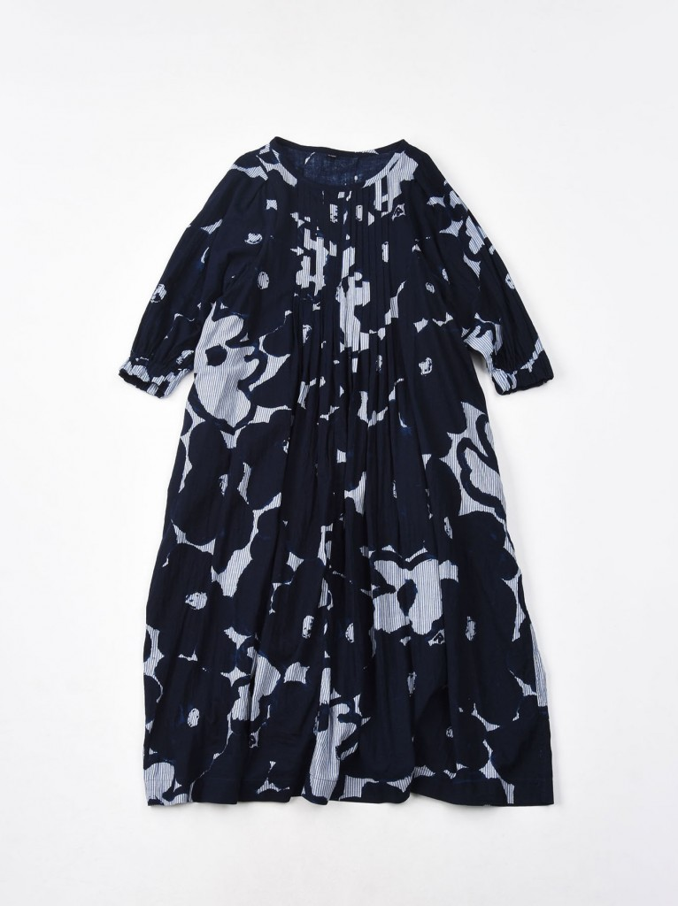 45R深藍色直紋印花洋裝,NT$25,800。
