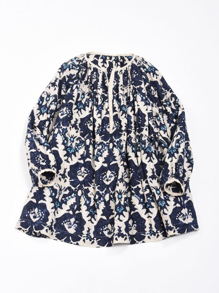 45R白底深藍印花罩衫,NT$37,800。
