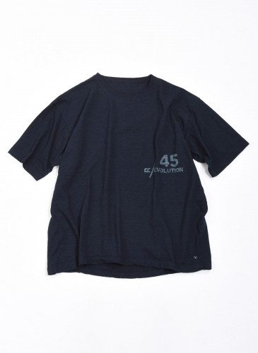 45R Logo寬版藍染T恤,NT$8,800。