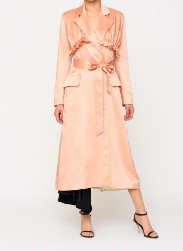 ACT N°1蜜桃色荷葉邊大衣,NT$46,500。(團團選品) 情境