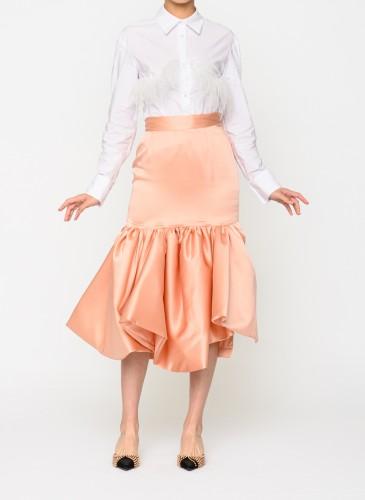 ACT N°1蜜桃色荷葉邊窄裙,NT$24,800。(團團選品) 情境