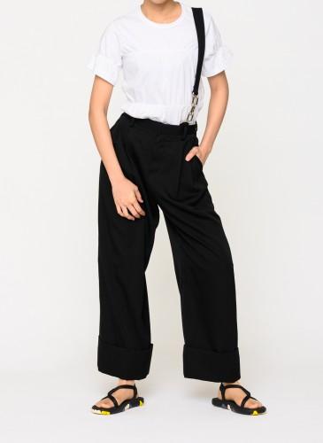 Comme des Garcons Noir黑色吊帶褲,NT36,200。(團團選品) 穿搭