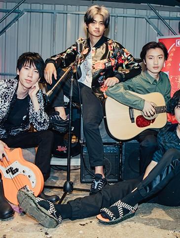 喜事集團E-Shop七月全新視覺形象『我世代,存在感』邀請青年樂團—「FORMOZA」擔當演出,充滿音樂正能量。-1